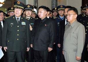 Kim Jong-il (P) và con trai Kim Jong-un (G) trong một buổi họp với  các sĩ quan cao cấp của Trung Quốc tại Bình Nhưỡng cuối năm 2010