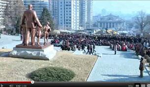 Tại Bình Nhưỡng hàng ngàn người đã tập họp tỏ lòng thương tiếc lãnh tụ Kim Jong-il. Screen cap.fr NKorean state media
