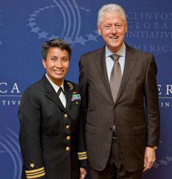 Nữ Trung tá Hải quân Hoa Kỳ gốc Việt - Kimberly Mitchell trong lần gặp Cựu Tổng Thống Mỹ Bill Clinton trước đây.