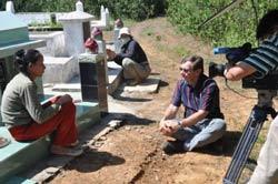 Ông André Menras phỏng vấn vợ một ngư dân mất tích ở Bình Châu (Quảng Ngãi). Photo courtesy of danchimviet