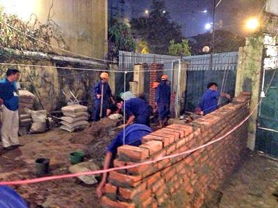 Sáng sớm ngày 24/10/2014, công an và các lực lượng khác của chính quyền phá tường rào nhà và cho xây tường chia đất
