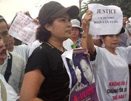 Chị Bùi Minh Hằng cùng bà con dân chúng đến trước tòa ủng hộ tinh thân cho gia đình ông Đoàn Văn Vươn. Blog hennhausaigon