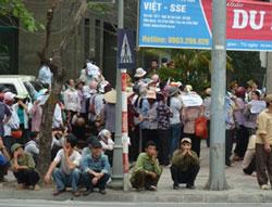 Hàng trăm người dân Hưng Yên tập trung biểu tình trước trụ sở Quốc Hội ở Hà Nội hôm 27-4-2011, phản đối chính quyền trưng thu đất đai xây dựng khu đô thị Ecopark. Ảnh mang tính minh họa. AFP photo/Ian Timberlake.