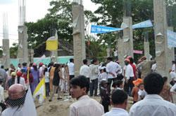 Ngày 23 tháng 5 năm 2010 Giáo dân kéo lên khiếu nại khi chính quyền địa phương định xây một khu thương mại lớn tại khu đất nhà thờ Cầu Rầm. Ảnh có tính minh họa. Photo courtesy of nuvuongcongly.