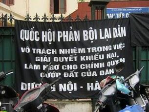 Biểu ngữ của bà con dân oan được mang treo ngay tại trụ sở Ban tiếp công dân ở đường Lý Thái Tổ