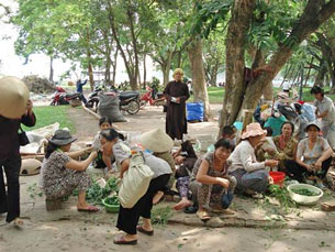 Dân oan từ nhiều tỉnh thành kéo về vườn hoa Mai Xuân Thưởng ở thủ đô Hà Nội đòi nhà nước giải quyết các bất công về đất đai.