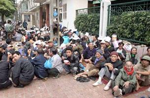 Người dân khiếu nại đất đai phải ngồi chờ ngày này qua ngày khác số lượng người khiếu kiện về Hà nội ngày càng nhiều. Source vietnamexodus
