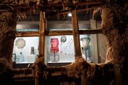 Các đồ dùng của địa chủ nhìn từ bức vách của một ngôi nhà bần cố nông. Courtesy of dantri