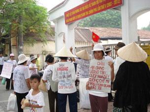 Dân oan bị cướp đất kéo về Hà Nội khiếu kiện. Ảnh minh họa (Source damlambao)