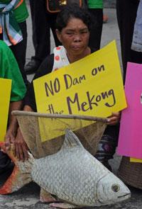 Người dân Thái Lan phản đối việc xây dựng đập thủy điện trên sông Mekong hôm 07/8/2012. AFP photo