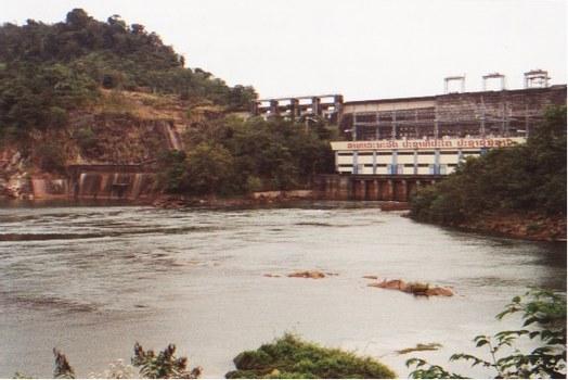 Nam Ngum con đập thủy điện đầu tiên 1971 của quốc gia Lào, tấm biểu ngữ giăng ngang con đập đánh dấu 25 năm thống nhất nước Lào 1975-2000.