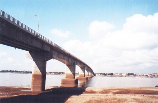 Cây cầu Kampong Cham dài 1,4 km với tổn phí lên tới 56 triệu USD,   khánh thành tháng 4/2001, cây cầu đầu tiên của Cambodia bắc qua dòng chính Sông Mekong, do Nhật Bản xây bằng khoản tiền viện trợ không bồi hoàn.