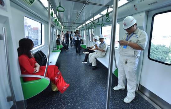 Các kỹ sư Trung Quốc (bên phải) trong toa tàu trên tuyến đường sắt trên cao Cát Linh - Hà Đông hôm chạy thử 20 tháng 9 năm 2018.