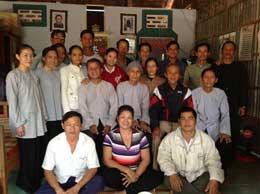 Chi Bùi thị Minh Hằng và bà con Phật Giáo Hoà Hảo trước khi bị công an đánh và bắt. binhtrung.org