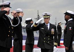 Một hãnh diện khác của người Việt tỵ nạn: Hải Quân Trung Tá L.B.Hùng là viên Hạm Trưởng của chiến hạm Hoa Kỳ có tên là USS Lassen.