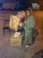 Gần 12h đêm những bà Nguyễn Thị Nguyệt vẫn nán lại bên vệ đường với mong ước bán hết số bánh...(Courtesy Tiin.vn)