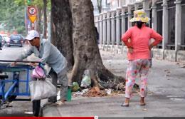 Ngày 30 Tết đường phố bắt đầu vắng, người đi nhặt ve chai vẫn công việc là chính. RFA screen capture
