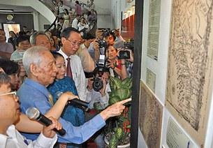 Nhà nghiên cứu Nguyễn Đình Đầu đang giới thiệu các bản đồ cổ khẳng định chủ quyền Việt Nam trên Biển Đông và Hoàng Sa - Trường Sa từ xa xưa