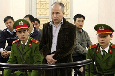 Nhà văn, blogger Phạm Viết Đào, tại phiên xử ở Toà án nhân dân Hà Nội ngày 19 tháng 3 năm 2014. AFP photo