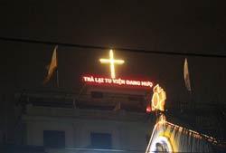 Bảng điện đòi lại tu viện của giáo dân xứ Thái Hà. Photo: JB Nguyen Huu Vinh