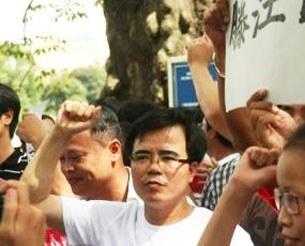 Luật sư Lê Quốc Quân (áo trắng, đeo kính) trong một cuộc biểu tình phản đối Trung Quốc gây hấn tại Biển Đông.