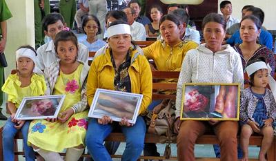Đã xẩy ra nhiều vụ công an dùng nhục hình đánh chết nghi phạm (ảnh: gia đình nạn nhân Ngô Thanh Kiều tại tòa)