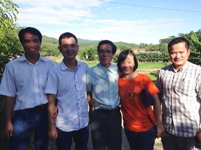 LS Lê Quốc Quân cùng người thân và bạn bè hôm 27/06/2015. Photo courtesy of DLB.