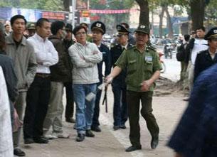 Luật sư Lê Quốc Quân (áo trắng, giữa) trong một lần biểu tình chống TQ. Photo courtesy of anhhaisg