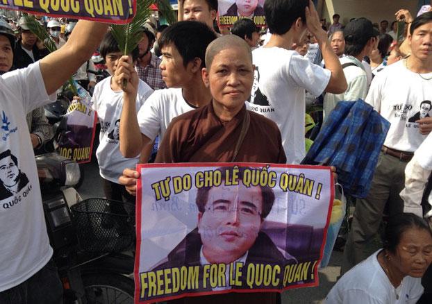 Những người ủng hộ LS Lê Quốc Quân đến theo dõi phiên tòa xét xử Anh với cáo buộc Trốn thuế hôm 2/10/2013 tại Hà Nội. AFP PHOTO/Cat BARTON.