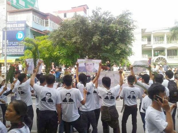 """Hàng ngàn người đến ủng hộ LS Lê Quốc Quân khi Tòa án Nhân dân thành phố Hà Nội xét xử Luật sư Lê Quốc Quân với cáo buộc """"Trốn thuế"""" hôm 2/10/2013. Photo courtesy of Tễu Blog."""