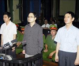 Từ phải sang trái: nhà dân chủ Lê Thăng Long, Lê Công Định,Trần Huỳnh Duy Thức trong lần xử phúc thẩm 11-5-2010