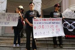 """Năm 2008 """"Điếu cầy"""" người thứ 2 từ phải, đã đứng lên phản đối Trung Quốc lấn chiếm lãnh hải Việt Nam. RFA files"""