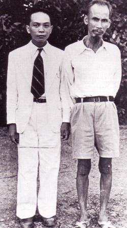 Ông Võ Nguyên Giáp và lãnh tụ Hồ chí Minh năm 1945 (Files photos)