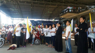 Linh mục GB Nguyễn Đình Thục (ngoài cùng bên phải) cùng bà con giáo dân giáo xứ Song Ngọc hôm 7/8/2016.