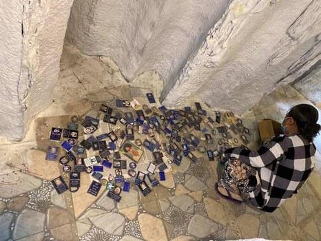 Tìm ảnh người thân rơi ra từ hũ cốt tại chùa Kỳ Quang 2.