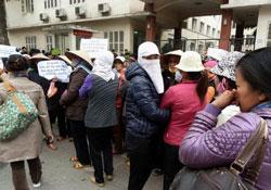 Nông dân Hưng Yên lên Hà Nội biểu tình đòi đất hôm 21/2/2012. AFP photo