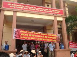 Người dân xã Liên Hiệp giăng biểu ngữ ngay trong sân UBND xã. Photo courtesy of worldpress