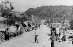 Cư dân ở các huyện biên giới phía Bắc tìm nơi trú ẩn khi Trung Quốc đồng loạt tấn công dọc theo biên giới Trung-Việt. Ảnh chụp ngày 23 tháng 2 năm 1979. AFP photo