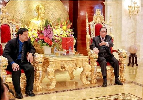 Nguyên Tổng bí thư ĐCSVN Nông Đức Mạnh (phải) ngồi trên một chiếc ghế chạm trổ đầu rồng màu vàng tại nhà riêng khi đã về hưu. Ảnh minh họa chụp trước đây.