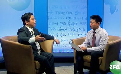T.S luật Cù Huy Hà Vũ đang trao đổi với phóng viên Vũ Hoàng tại đài RFA, Washington ngày 8 tháng  10, 2014