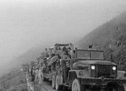 Cuộc triệt thoái của quân đội VNCH và dân chúng ra khỏi Huế. Dân và quân, người theo xe, kẻ đi bộ, vượt đèo Hải Vân hướng về Đà Nẳng. Ảnh của cựu phóng viên ABC, Trần Khiêm.