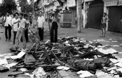 Những người lính VNCH cởi bỏ quần áo lính, súng ống, giày mũ vứt đầy đường vào những ngày cuối tháng 4, 1975. AFP photo