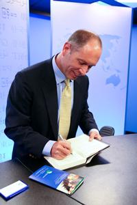 Ông Greg Autry đến thăm ban Việt Ngữ RFA hôm 13/6/2011. RFA photo