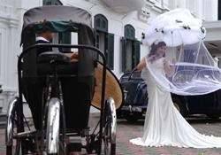 Cô dâu chú rể chụp hình cưới tại Hà Nội hôm 26/8/2010. AFP photo