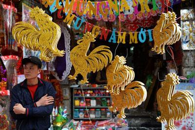 Vật liệu trang trí Tết Đinh Dậu 2017 tại Hà Nội hôm 18/1/2017.