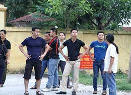 Công an, an ninh đứng trước trại Lộc Hà ngăn cản những người đến đón người bị bắt. File photo.