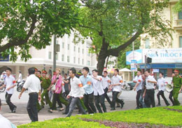 Phóng viên nước ngoài cũng bị hàng chục tên đeo băng đỏ trấn áp. nguyenxdien