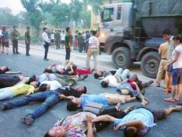 Bị đàn áp thô bạo đoàn biểu tình phản ứng bằng cách nằm xuống đường. RFA