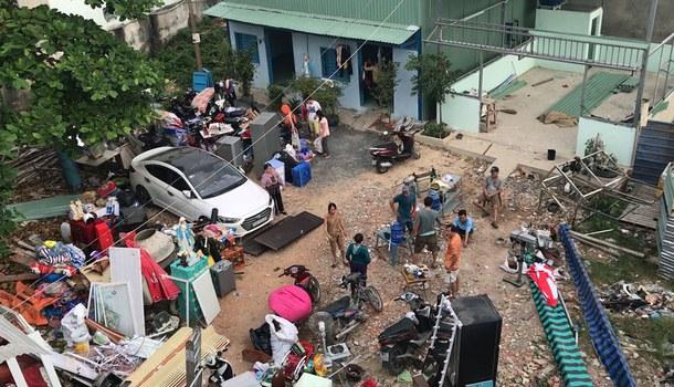 Một số người dân có nhà bị cưỡng chế đang di chuyển đồ đạc ra ngoài.