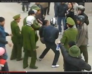 Công an mạnh bạo bắt bớ những người phản đối ở chợ Cầu, thôn Thanh Ấm sáng ngày 24 tháng 12 vừa qua. Chụp từ clip video